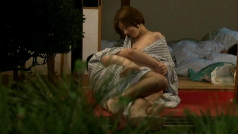 温泉旅館でこっそり寝取りエッチ