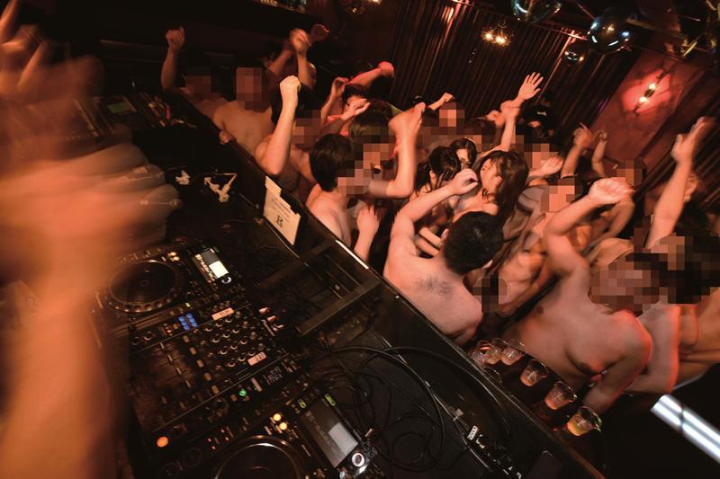 渋谷のクラブで真正本物中出し大乱交