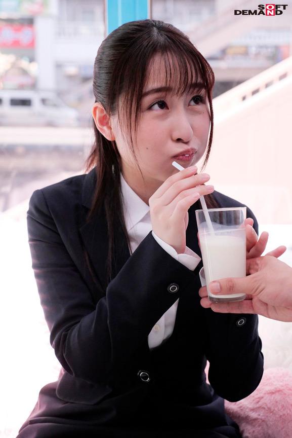 【就活生限定】マジックミラー号 リクルートスーツの似合う女子大生に「牛乳を口に含んだ状態で10分間くすぐりにガマンできたら100万円!」と声をかけ凄テクAV男優の妙技でHにいじくりたおしました! 4枚目