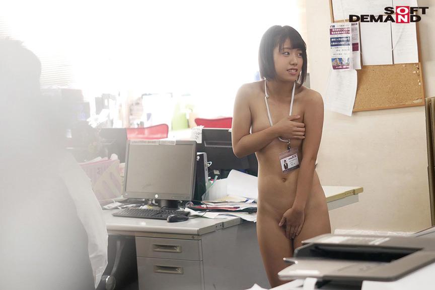 ~社内で全裸は1人だけ~ インターン生の皆さん全裸でお仕事できますか? SODで働く女子社員にはAV女優さんの気持ちを理解してもらうために羞恥研修を用意! 入社前だけど身体を張って1日お仕事してもらいました♪ SOD女子社員 4枚目