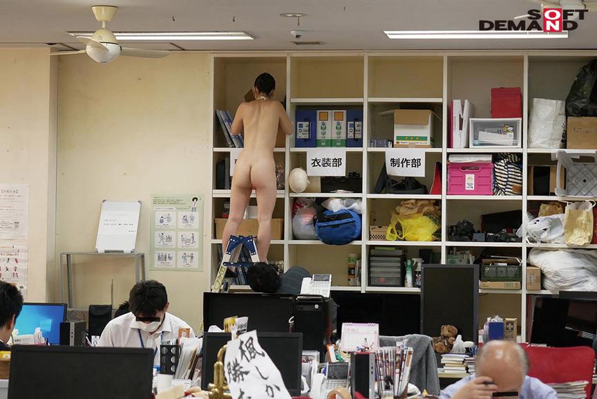 ~社内で全裸は1人だけ~ インターン生の皆さん全裸でお仕事できますか? SODで働く女子社員にはAV女優さんの気持ちを理解してもらうために羞恥研修を用意! 入社前だけど身体を張って1日お仕事してもらいました♪ SOD女子社員 7枚目