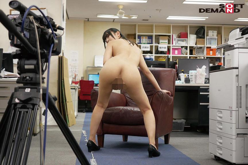 ~社内で全裸は1人だけ~ インターン生の皆さん全裸でお仕事できますか? SODで働く女子社員にはAV女優さんの気持ちを理解してもらうために羞恥研修を用意! 入社前だけど身体を張って1日お仕事してもらいました♪ SOD女子社員 9枚目