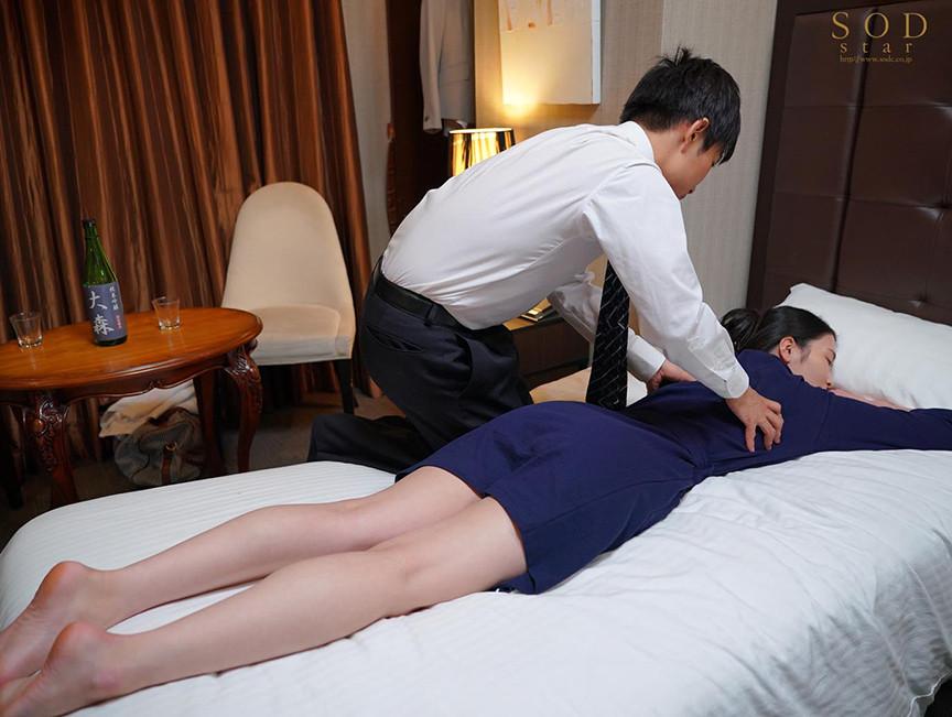 童貞部下と出張先でホテル相部屋 翌朝までベロチュウ姦され続ける化粧品メーカーの寝取られ女上司 本庄鈴 1枚目