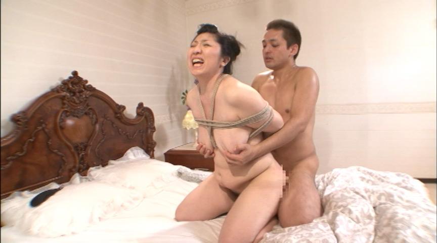 三段腹、垂れ乳のだらしない熟女の全裸調教01のサンプル画像