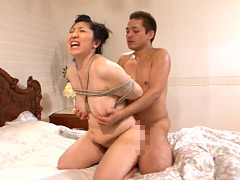 三段腹、垂れ乳のだらしない熟女の全裸調教01