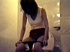ブランドショップのトイレでナイスギャルの下半身をGet