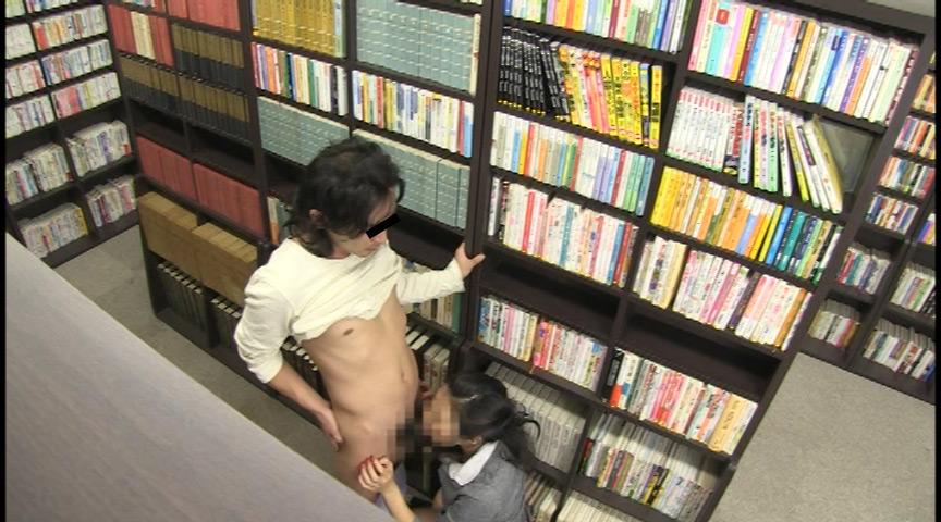 本屋で熱中している女子を…