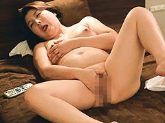 CCD盗撮!出張中の美熟女OLが宿泊先ホテルのアダルトビデオでオナニー