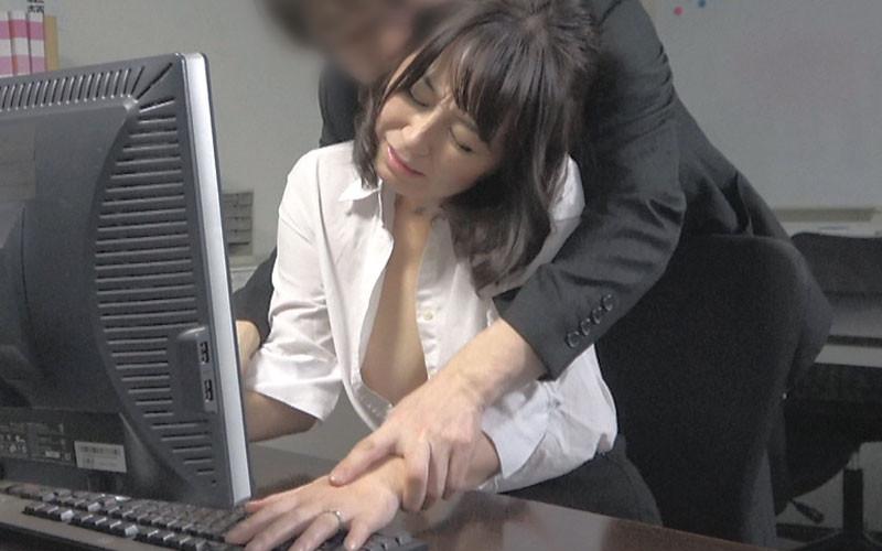 仕事上のミスを犯した人妻OLさんにセクハラ痴漢【サムネイム01】