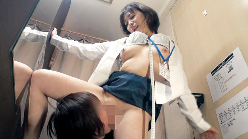 試着室で下半身露出! 熟女店員に密室イタズラ【サムネイム02】