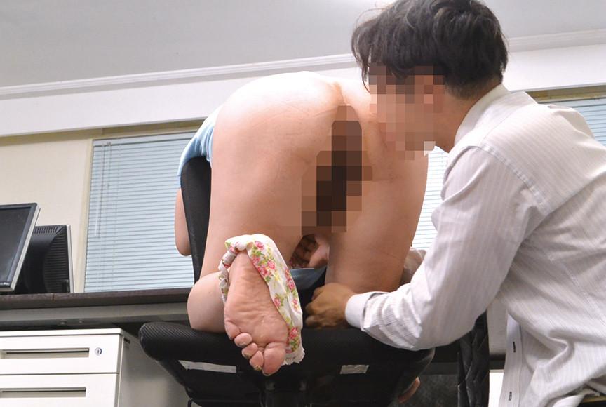 掃除のおばさんのムチ尻をねちっこく触ってみたら… 画像 3