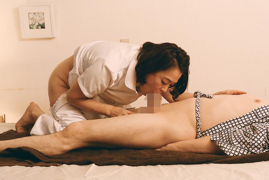 施術中のマッサージ熟女がやってくれてるのにいたずら 画像 9