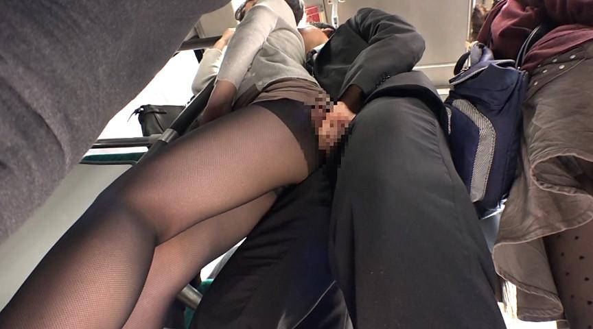 通勤バスはギュウギュウの満員で目の前には黒パンストのOLだらけ!どうしようもなく興奮しちゃった僕は生チ○コ擦りつけたら握り返してきた6 の画像2