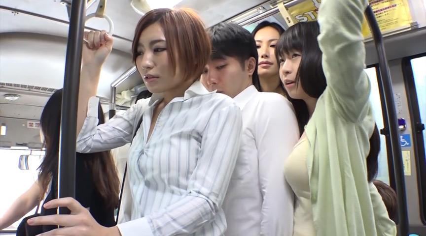 男子校生が乗り込んだバスは人妻だらけ!2のサンプル画像