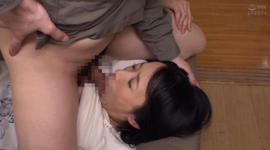 母姦中出し 息子に初めて中出しされた母 美原すみれ 画像 3
