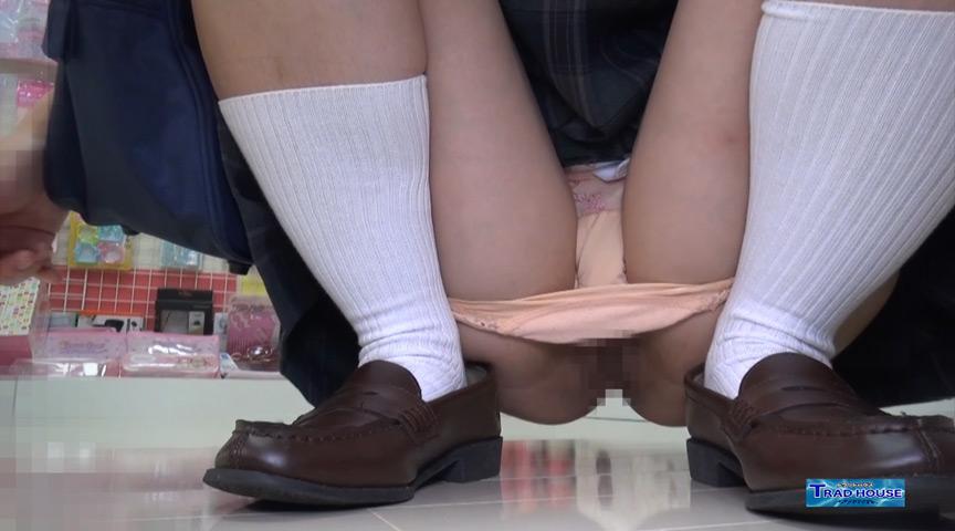 【むき出しま●こ】夏のアクセサリーショップは、プール帰りのノーパン女子校生がま●こむき出しで…ローアングル制服 肛門コレクション7705-001 の画像1
