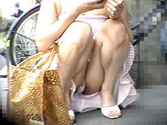 街中で、しゃがんでメールしている美少女たち !!ローアングルから接近してみれば…5501-SGM-02