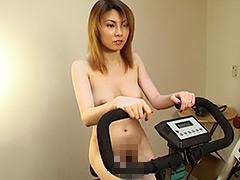 フェチ:おねえさんが衣類を脱ぎ捨てていく全裸エクササイズ