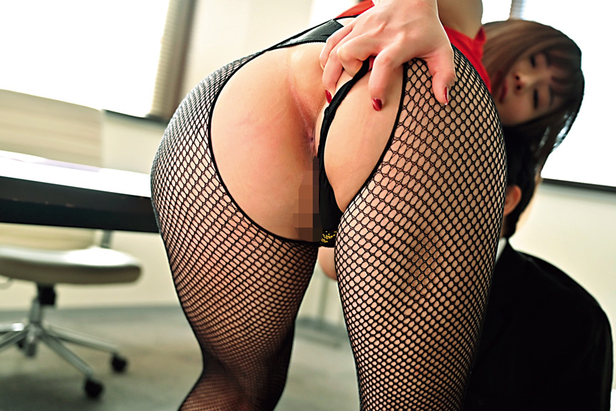 職場の若い男を誘惑し喰い散らかすド淫乱の美巨乳社長妻 画像 1