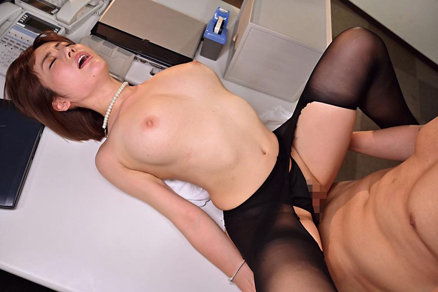 職場の若い男を誘惑し喰い散らかすド淫乱の美巨乳社長妻 画像 9