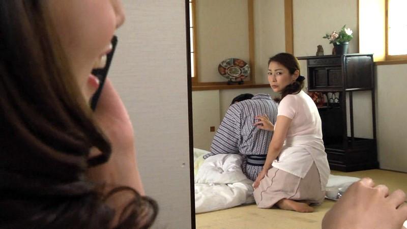 淫乱マダムとバツイチ介護士 妖艶美熟女レズビアン 画像 1
