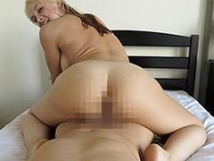 上司宅で全裸にバスタオル1枚の外国人妻、娘と鉢合わせ