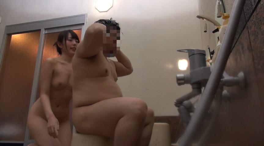 温泉宿に美乳痴女たちが潜入して男性客にフェラご奉仕!サムネイル01