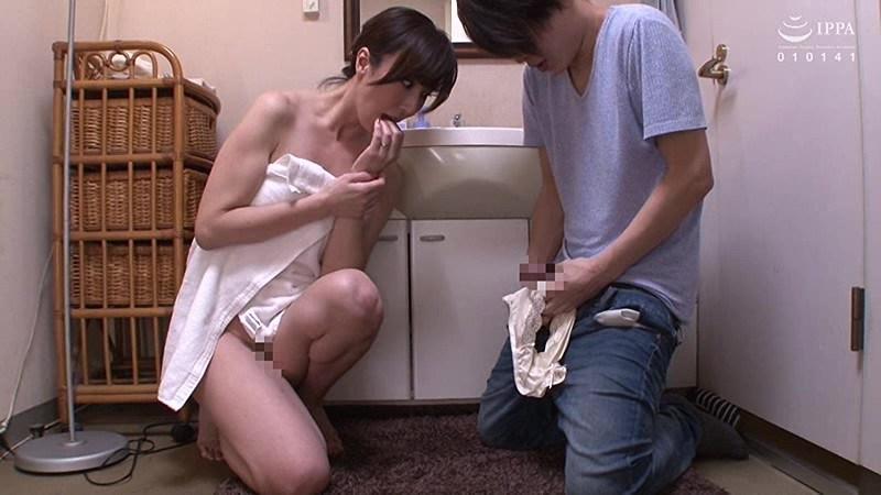 脱ぎたてのパンティで甥っ子を搾りとる叔母 澤村レイコ