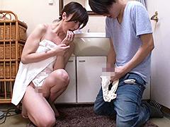 「おばさんの下着で興奮するの?」脱ぎたてのパンティで甥っ子の精子を一滴残らず搾りとる叔母 澤村レイコ