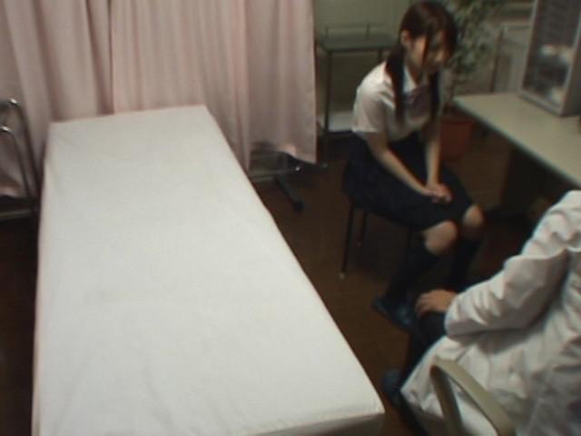 ヤリ盛り女子校生と悪徳医師の肉棒講習のサンプル画像