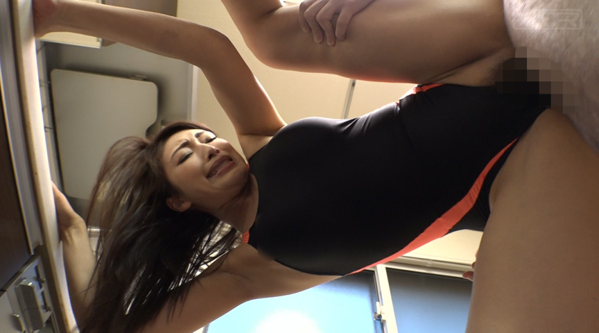 娘の競泳水着を着たらデカ乳デカ尻過ぎて脱げない!2