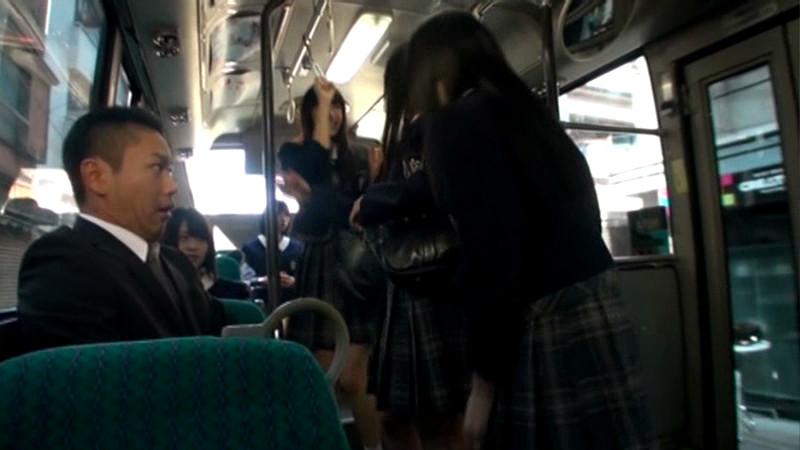 10人の女子校生と突然通学バスに閉じ込められたら…のサンプル画像