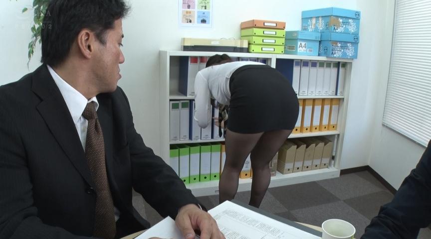パンストを脱ぎかけた女上司の無防備な後ろ姿に超勃起4 画像 1