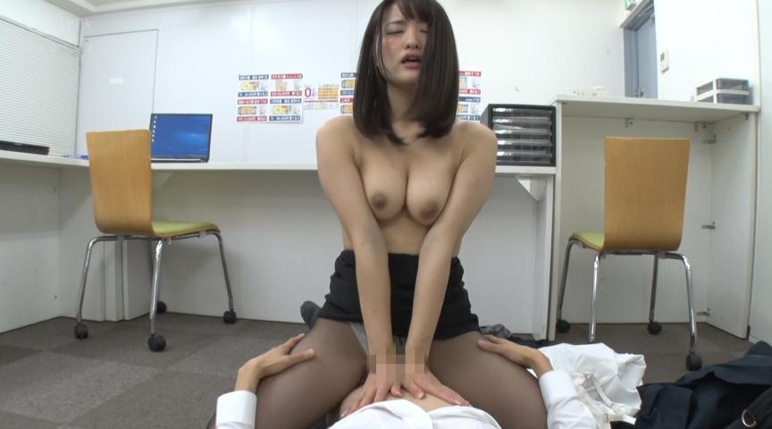 パンストを脱ぎかけた女上司の無防備な後ろ姿に超勃起4 画像 9